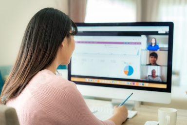 Frau vor Online-Schulung