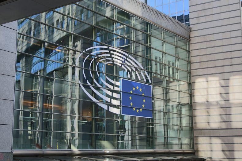 Glasgebäude mit EU-Flagge